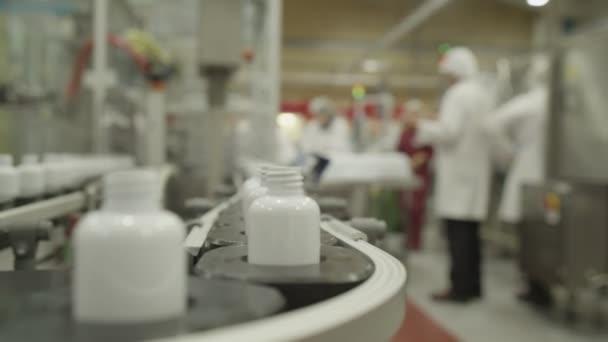 Dělníci ve farmaceutické továrně
