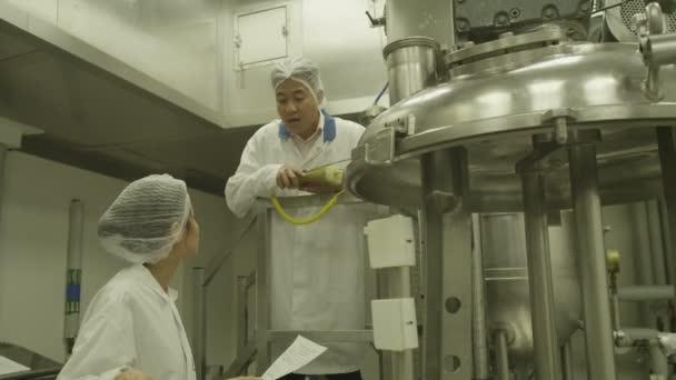 Vědci v továrně na farmaceutický výzkum