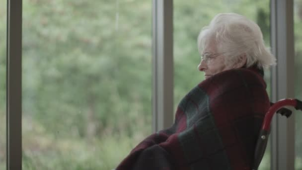 starší dáma sama se svými myšlenkami