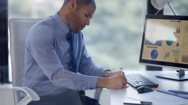 4k podnikatel brainstorming s sticky notes v podnikové síti
