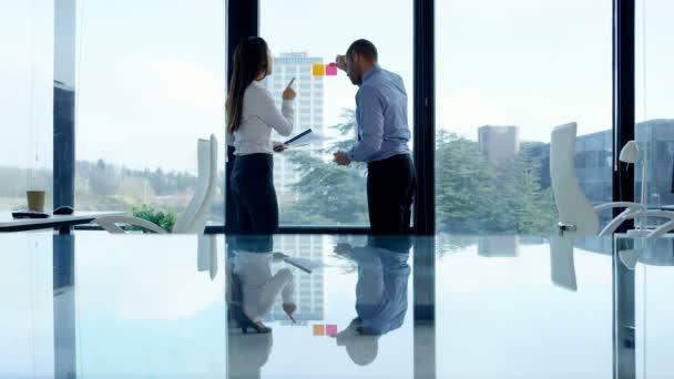 4 k obchodní muž a žena brainstorming s sticky notes v podnikové síti