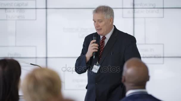4 obchodní skupiny k poslechu reproduktoru vystoupením obchodní seminář