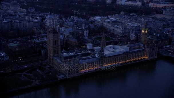 4 k Luftaufnahme des Londoner Big Ben und die Houses of Parliament beleuchtet in den frühen Morgenstunden
