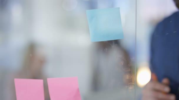 Kreativní podnikání tým brainstorming s sticky notes v městské kanceláři