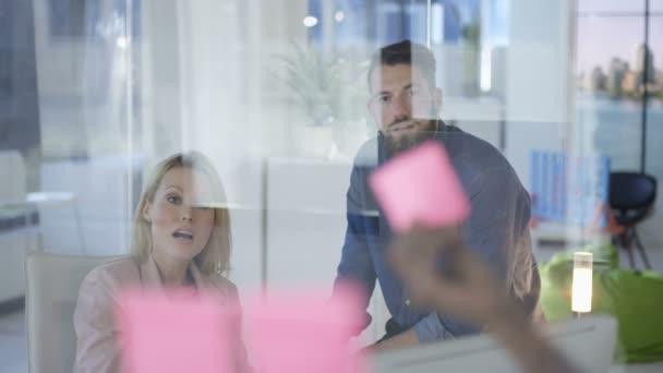 Brainstorming mit Haftnotizen im Stadtbüro kreative Business-team