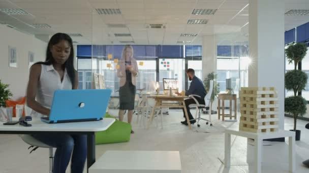 Časová prodleva tvůrčího obchodního týmu pracují společně v moderní kanceláři
