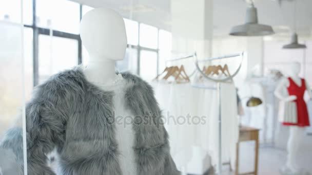 5a4b38550cf1 Εσωτερικό Του Μοντέρνα Γυναικεία Ρούχα Κατάστημα Ρούχα Ράφια Και Μανεκέν–  πλάνα αρχείου