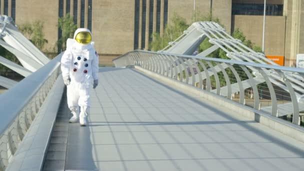4k Astronaut vrátil na zem, poznávání Londýna