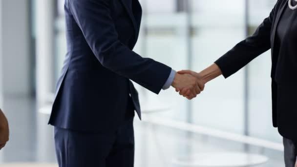 4k portrét usmívající se podnikatel potřásl rukou s klienty na konci schůzky