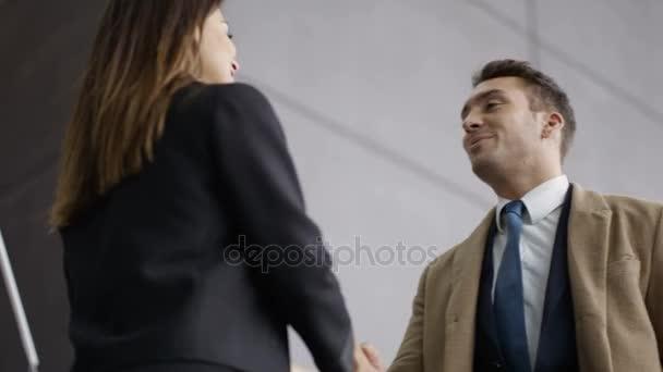 4 k üzleti férfi és a nő kezet rázott a lobby területén modern office