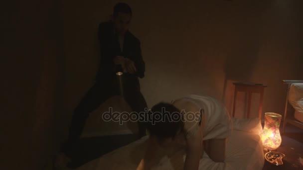 4 k полицейские детективы на наркотики raid задержать наркоман молодая  женщина в квартире– stock footage 12688d76b63