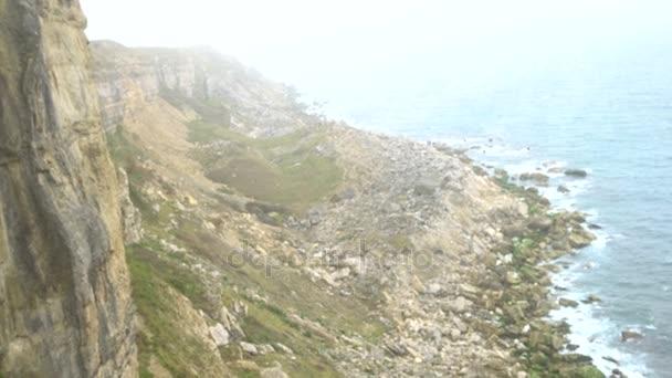 4 k ženské horolezec dosáhl vrcholu útesu a získání pomocnou ruku