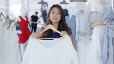ed583c8c5 Cliente Feminino Segurando Vestuário Olhar Para Espelho Loja Roupas Moda  Filmagem De Stock