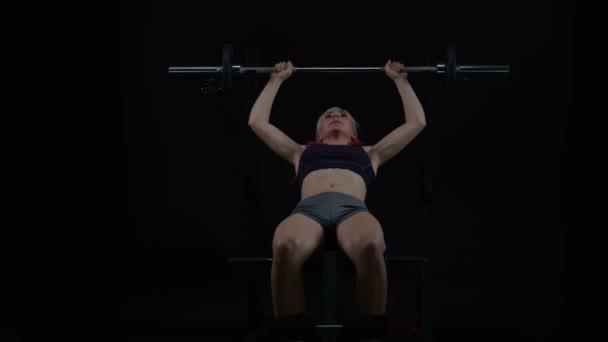 4k Fit mladá žena hmotnost školení, bench pressu se činka
