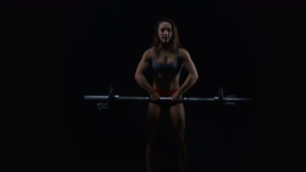 4 k Fit žena s atletickou postavu tréninků černém pozadí