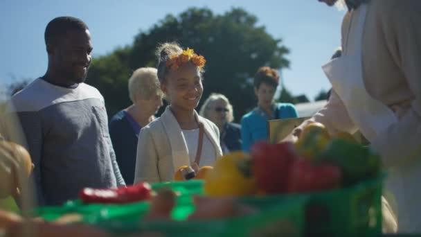 4 k veselá žena prodej čerstvého ovoce a zeleniny pro zákazníky na trhu letní