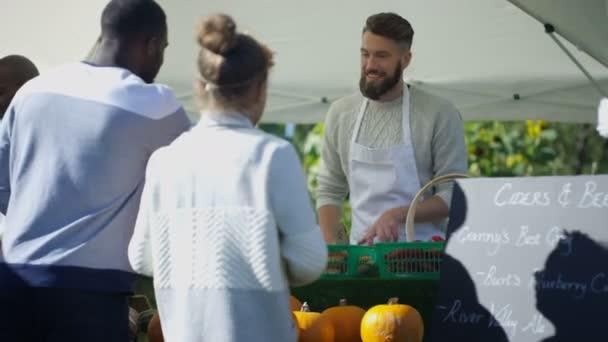 4 k veselý muž prodej čerstvého ovoce a zeleniny pro zákazníky na venkovní farmářský trh