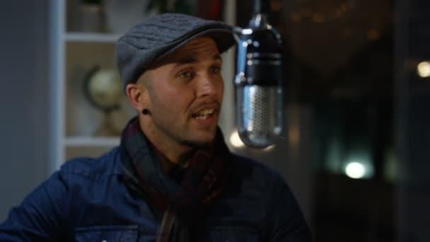 Prix usine 2019 design intemporel 2019 original Homme de chanteur au chapeau enregistrant la chanson en studio avec des  femmes