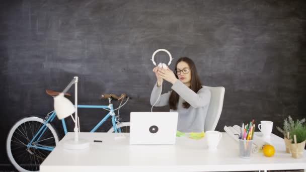 4k podnikatelka v relaxační u stolu s notebookem  sluchátka creative úřadu