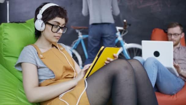 4K Businesswoman making video chiamare sul computer in ufficio creativo alla moda