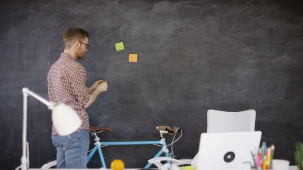 4k podnikatel v kreativní úřadu práce a brainstorming s poznámkou