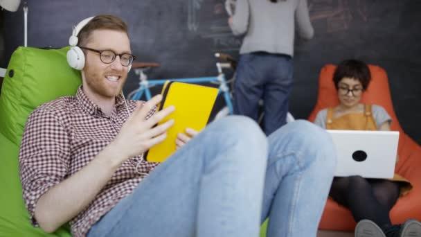 4K Businessman making video chiamare sul computer in ufficio creativo alla moda