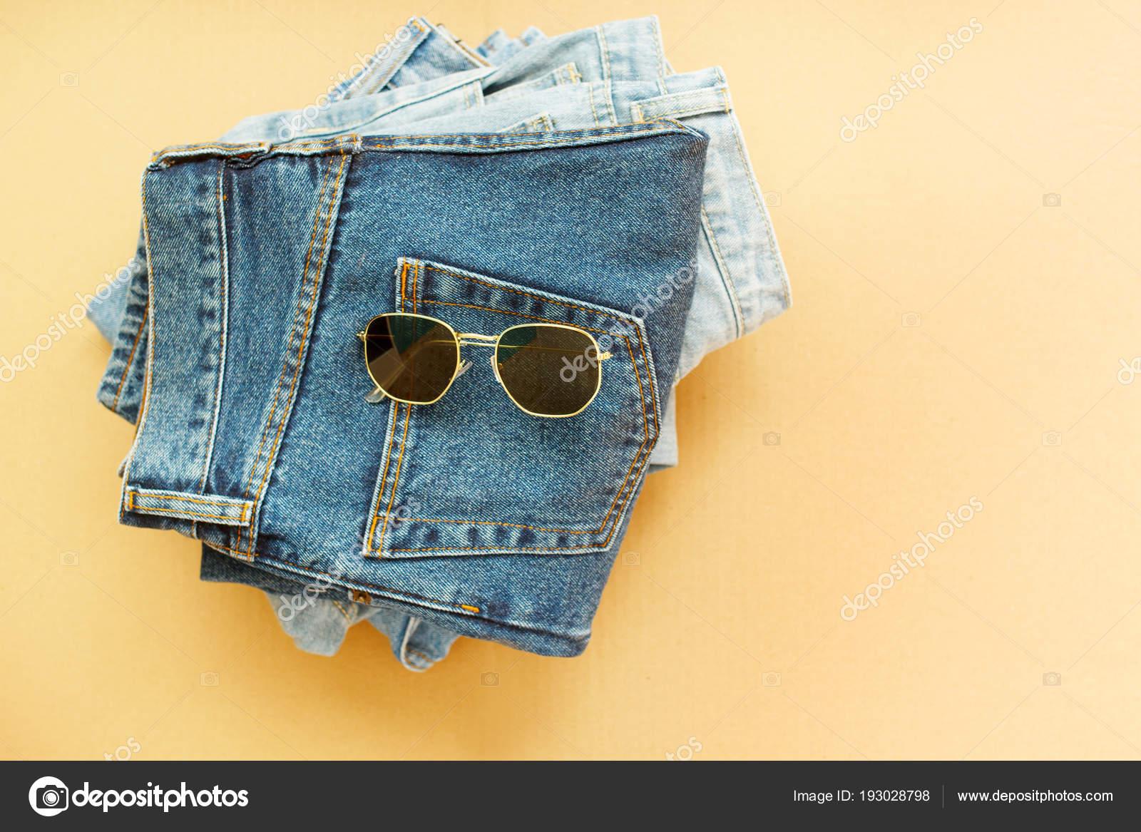 Imagens de três jeans com óculos fundo de madeira artesanato — Fotografia  de Stock 5e853dc909