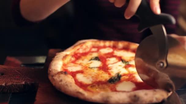 Žena řez Pizza s nožem na pizzu