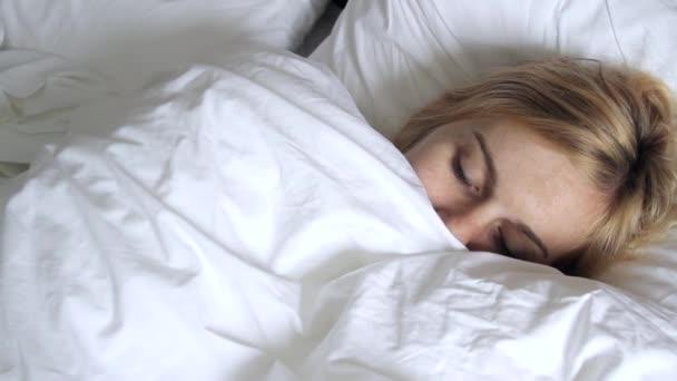 krásná dívka spí v ložnici