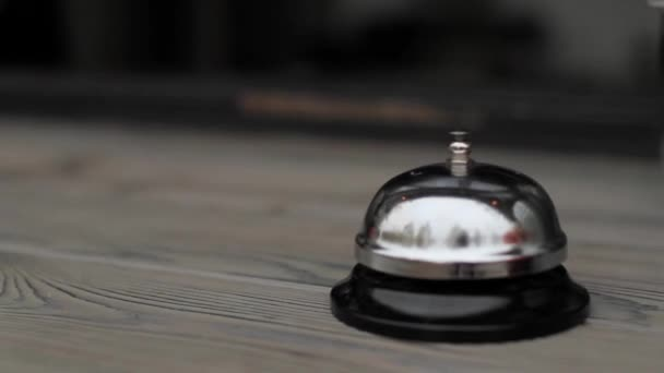 Glocke auf dem Holztisch