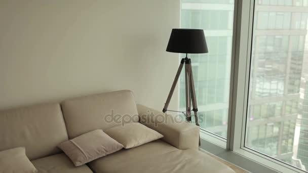Interiér bytu. Pohovka a lampy