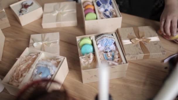 Žena obtéká dárkové krabice s hračkami