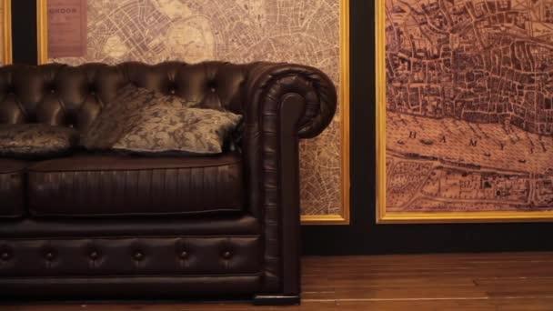 Velká kožená pohovka na mapy na zdi