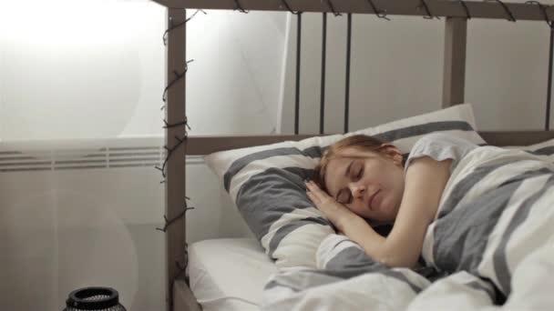 Mooi meisje slapen op het bed in de slaapkamer u stockvideo