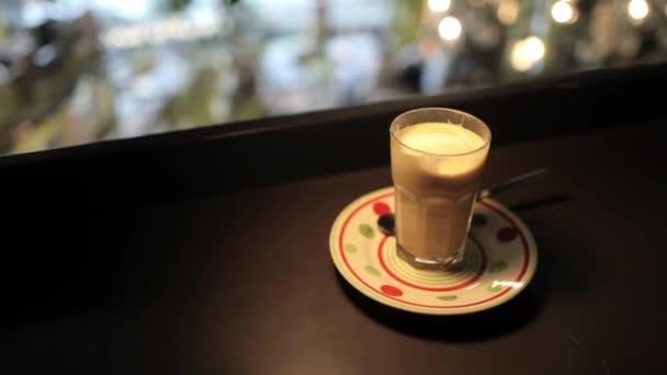 Sklo s kávou v tabulce druhé patro Cafe