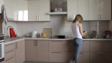 Сексуальная девушка на кухне готовит картинки — photo 8