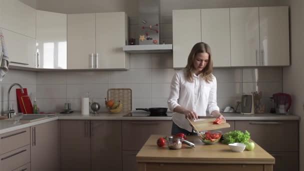 Üzletasszony készül egy vegetáriánus saláta a konyhában