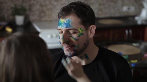 Due figlie disegno il Daddy sul viso, in cucina — Video Stock ...