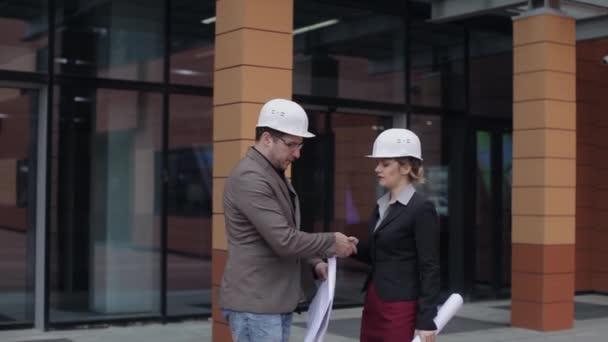 Setkání podnikatelů, architekti v přilbách diskutovat o projektu
