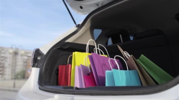Több színű bevásárló táskák rejlik a csomagtartóba az az autó