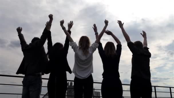 Silueta De Un Grupo De Personas Levantando Sus Manos