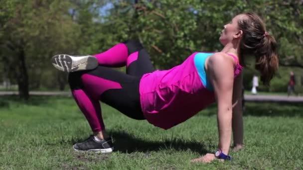 Sportovní mladá žena je školení, sportování v parku