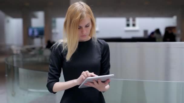Üzletasszony dolgozó tabletta Lobby Business Centerben