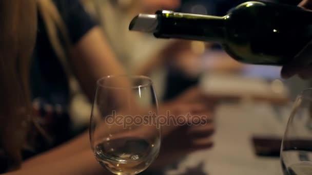 Ochutnávka vína, nalít víno do sklenic