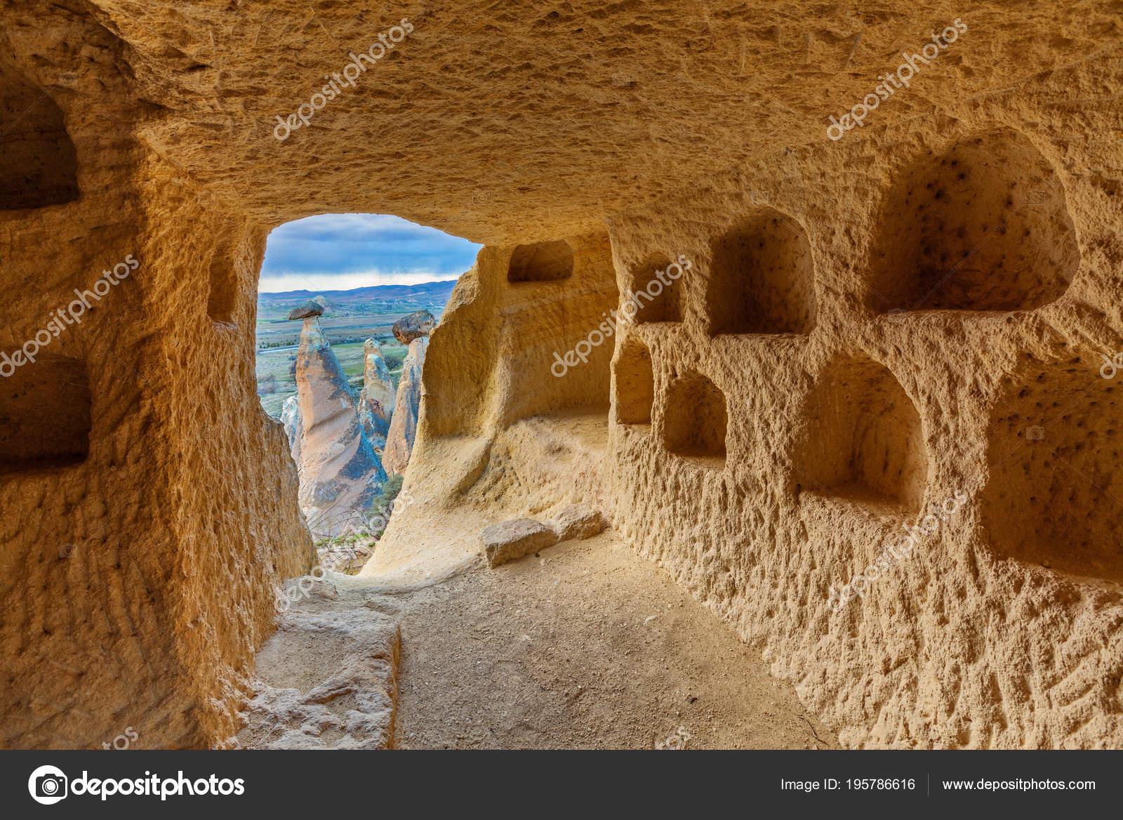 La Casa Nella Roccia.Grotta La Casa Nella Roccia Foto Stock C Stramyk 195786616