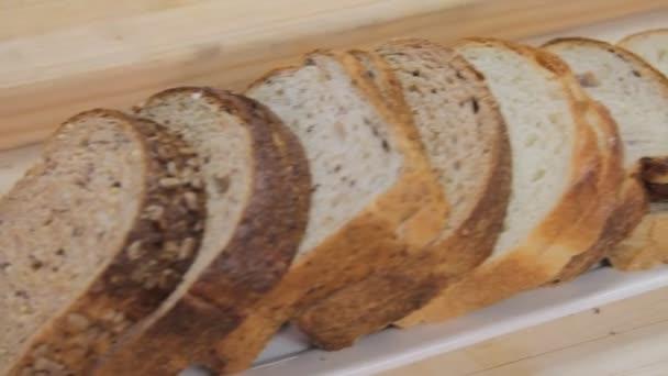 Krájený chléb bílý a šedý