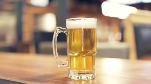 A sör, a fa tábla.
