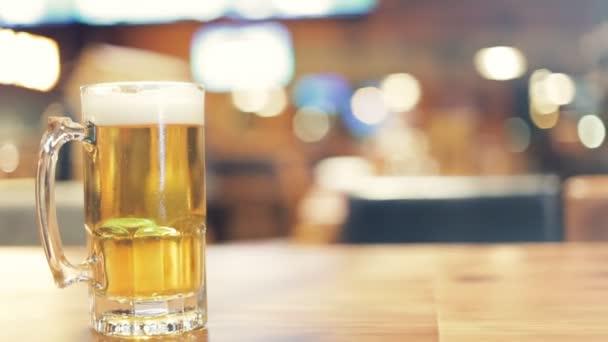 Das Bier liegt auf dem Holztisch.