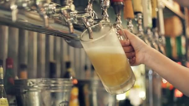 Lití perfektní pivo. Výčepní je ventil, konkrétně kohoutku, pro kontrolu verze piva.