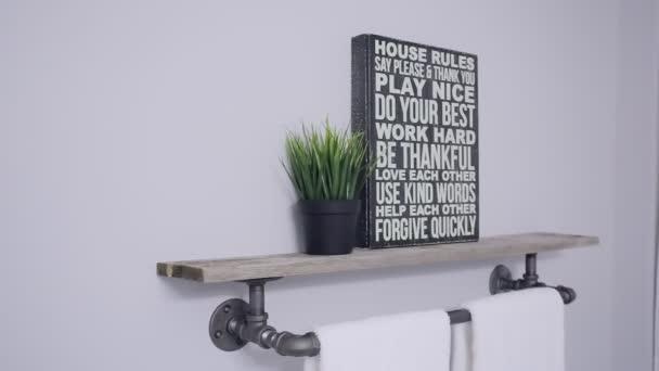 Design interiéru. Koupelna s ručníky, rám a trávy pot